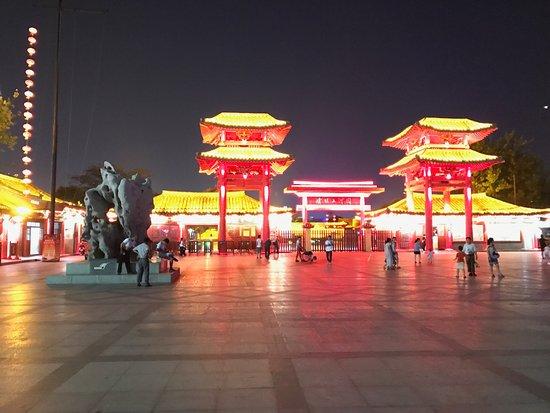 Kaifeng, China: 園の外の広場1