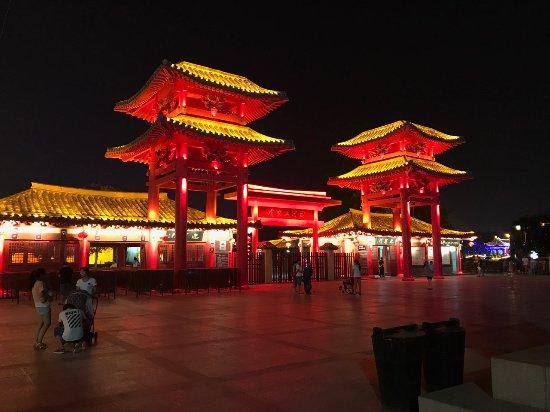 Kaifeng, China: 園の外の広場2