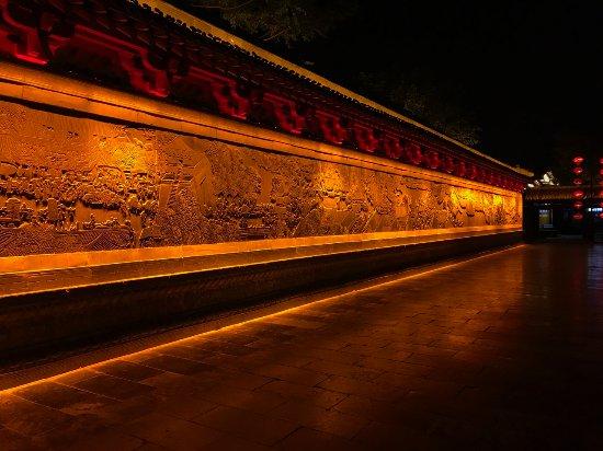 Kaifeng, China: 園内にある壁にほられた彫刻