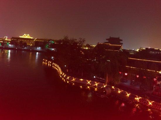 Kaifeng, China: 園内の橋からの夜景