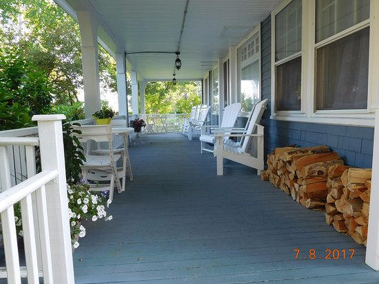 Harbor Inn: Front porch with lots of room to sit!