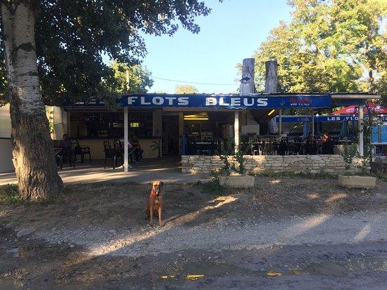 St Just d'Ardeche, فرنسا: Les flots bleu