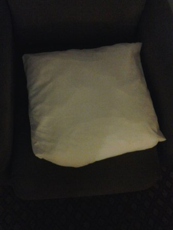 Sleep Inn & Suites: 4 tinny pillows king bed