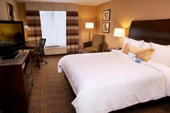 Berkeley, MO: King Deluxe Guestroom