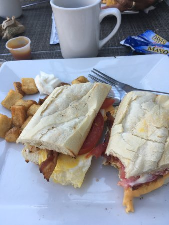 Belœil, Canada: Egg with bacon, cheese, and tomato with home fries