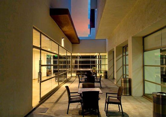 Holiday Inn Express Guadalajara Autonoma: Courtyard