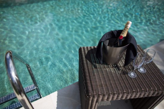 Cadlao Resort & Restaurant: Have a nice Champagne while relaxing with a nice view at our Infinity Pool Area