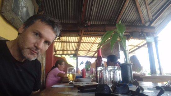 La Union, Ecuador: Yo, esperando la comida mientras disfruto de una cerveza.