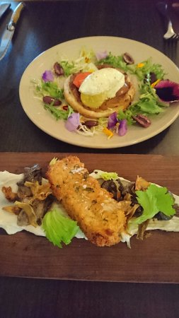 Willunga, ออสเตรเลีย: entree (back) caraway onion tart (front) snails with beef cheek croquette