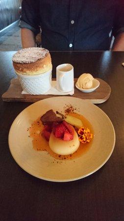 Willunga, ออสเตรเลีย: dessert (back) Passionfruit souffle (front) creme caramel