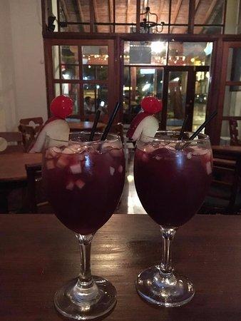 Cafe & Charla Restaurant: Refrescantes Sangrías!