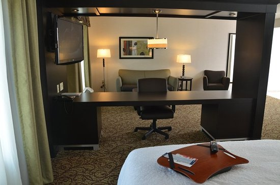 Hampton Inn & Suites Sharon: Double Queen Studio Suite seating area