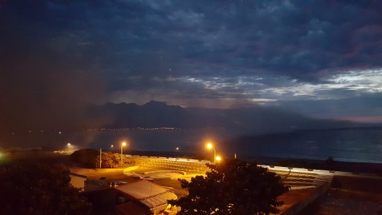 Hotel Bayview: Smoke (We thought was Fog) on the left hand of the photo while watching Sunrise