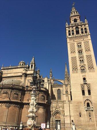 Plaza del Triunfo: The church and giralda from the plaza