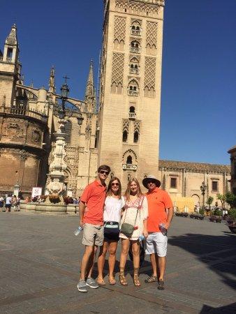 Plaza del Triunfo: Family in the plaza