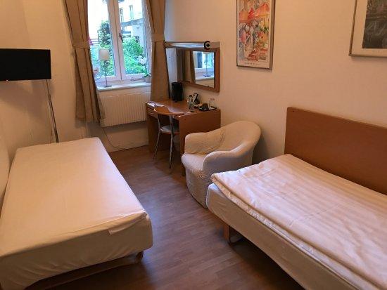 Hotel Bema: シングルだけど,変則ツインと言えないこともない。しかし使い勝手は悪い。