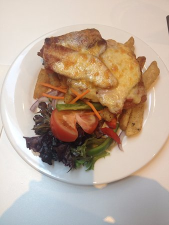 Pambula, Αυστραλία: Parma chips and salad