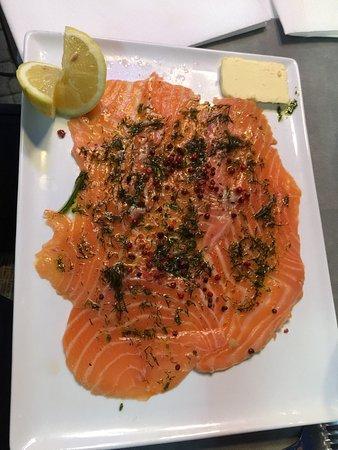 La Marine : Tartare de saumon excellent  Bouquet de crevette Daurade du jour savoureuse  Profiteroles Et inc