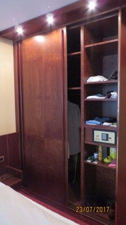 Einbauschrank Berlin einbauschrank mit safe picture of derag livinghotel berlin mitte