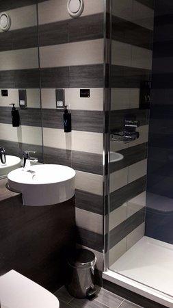 De mooie badkamer - Picture of Village Hotel Glasgow, Glasgow ...