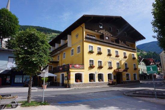 Schwarzer Adler: Front view of the hotel