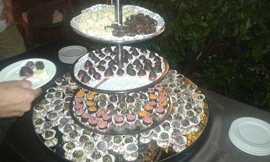 Hotel Garda - TonelliHotels: Buffet di cioccolata in giardino accompagnato dalla musica del piano bar