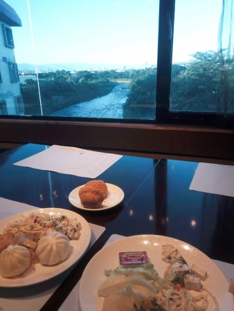 City Suites Gateway: Breakfast and view