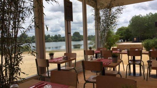 Hommes, Francia: restaurant vue sur lac