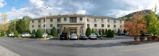Dillsboro, Βόρεια Καρολίνα: Best Western Plus River Escape Inn & Suites front and entrance.