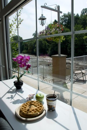 Dillsboro, Βόρεια Καρολίνα: Have breakfast with a river view at the Best Western Plus River Escape