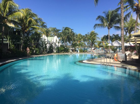 Veranda Grand Baie Hotel & Spa : Piscine et plage en arrière-plan