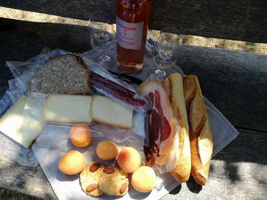 """Fourques, ฝรั่งเศส: Panier du vigneron. Lieu de pic-nic au """"belvedère"""" (peut etre emmené par la cave), très belle vu"""