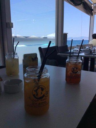 Spitaki-Kos: Domáce limonády - broskyňová, citrónová a granátové jablko.