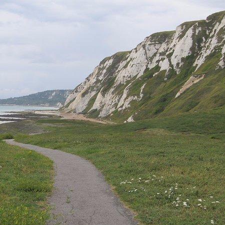 Samphire Hoe : Path beneath the cliffs