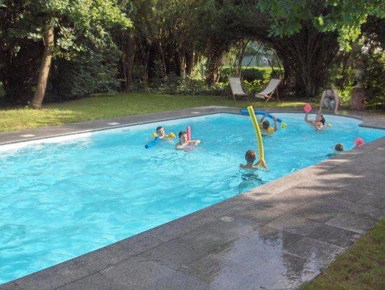 Varennes-Jarcy, France: Une piscine chauffée ouverte de mai à septembre