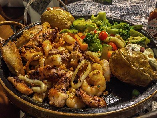 Camaroes Restaurante: Chapa de frutos do mar com batatas assadas.