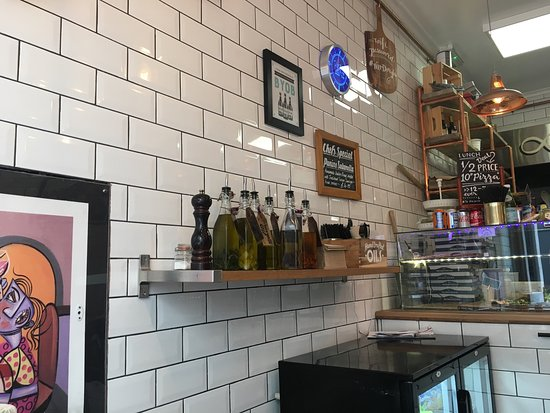 Meaning 'The Thistles' in Spanish, Los Cardos is one of only a few places in Edinburgh offering Mexican takeaway and delivery. Ordering is based on a mix and match premise where the customer chooses from a burrito, fajita, burrito bowl, quesadillas or soft tacos.