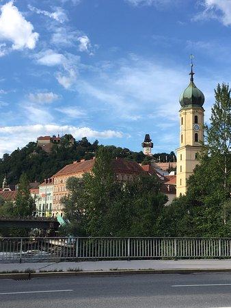 Il campanile della chiesa riconoscibile sulla destra