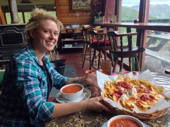 Hatcher Pass Lodge: Biggest plate of nachos ever! And the soup warmed us up after hiking around Summit Lake.