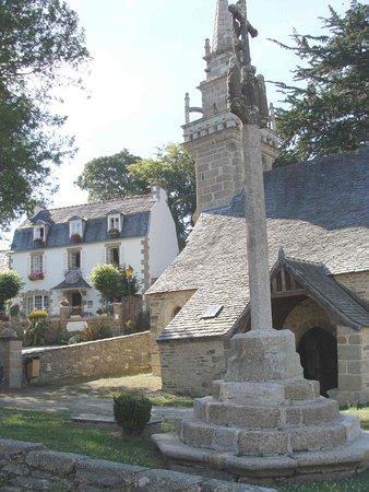 Vue de l'église romane de Locquénolé