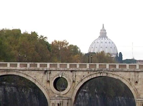 Fiume Tevere: River Tiber / a bridge