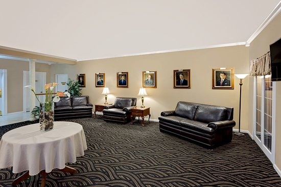 Ramada Richland Center: Sitting Room