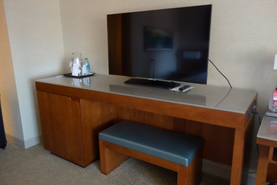 The Westin San Diego Gaslamp Quarter: TV/Refrigerator area