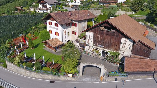 Kuens, Włochy: Restaurant Hilberkeller mit Panoramagarten - Ristorante Hilberkeller con giardino panoramico