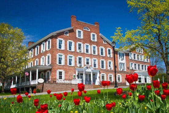 Middlebury Inn: Spring on the Green