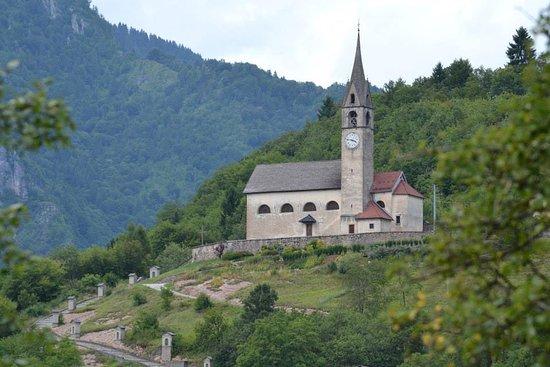 Sovramonte, Itália: Chiesetta di San Zenone Vescovo in una immagine estiva