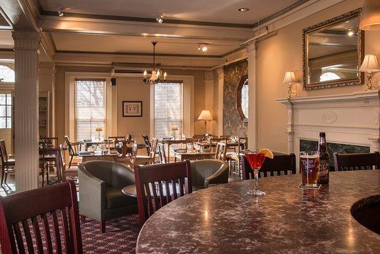 Morgan's Tavern: Cocktails at the bar