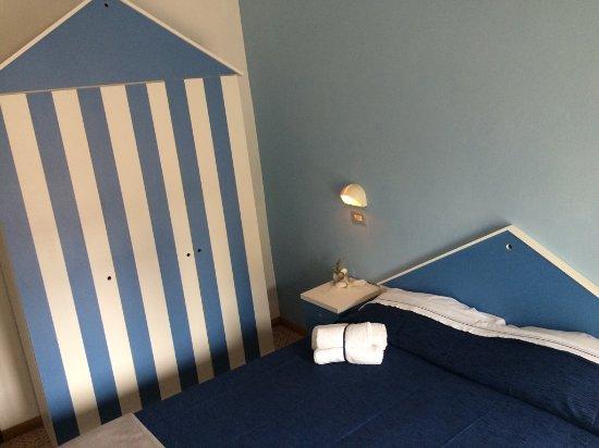 Camera da letto con cabina armadio stile balneare - Foto di Hotel ...