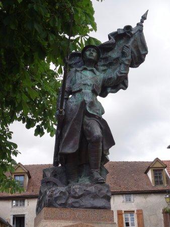 Chateauneuf, ฝรั่งเศส: Le monument aux morts