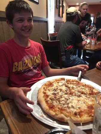 Horseshoe Bend, AR: Guest Happy to see the size of a Medium Pizza
